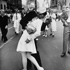 legendary_kiss_v-j_day_in_times_square_alfred_eisenstaedt